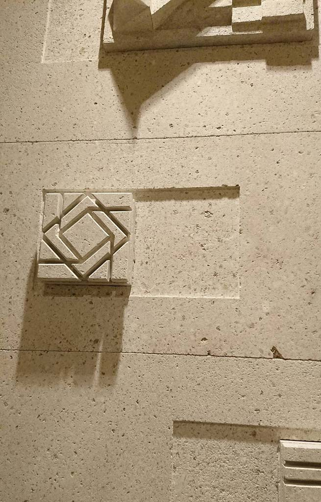 w_top_relief_002